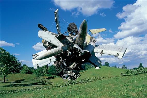 Nancy Rubins, Airplane Parts & Hills, 2003. © Courtesy of Universalmuseum Joanneum.
